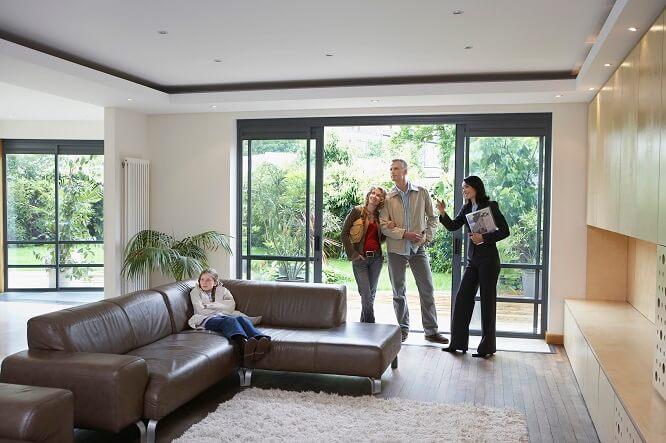 maison visite agent immobilier famille